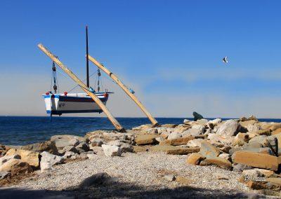 Izola; pomol z modrim čolnom