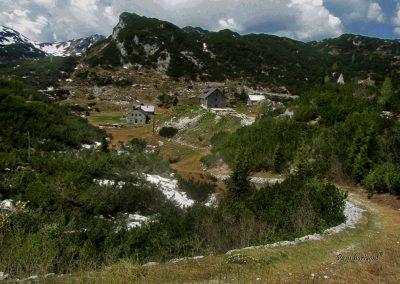 Planina pod Bogatinom, desno Koča pod Bogatinom
