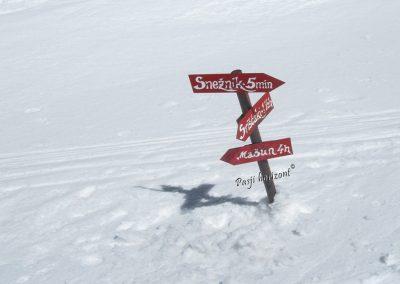Veliki Snežnik, smerne table pod vrhom