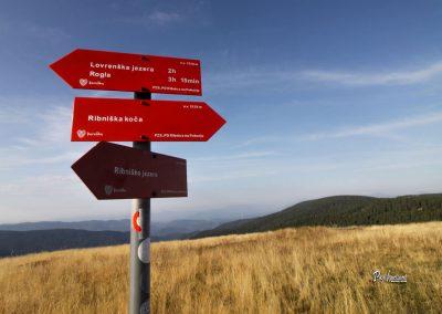 Ribnisko Pohorje, smerna tabla za Lovrenška jezera, Ribniško jezero in Jezerski vrh